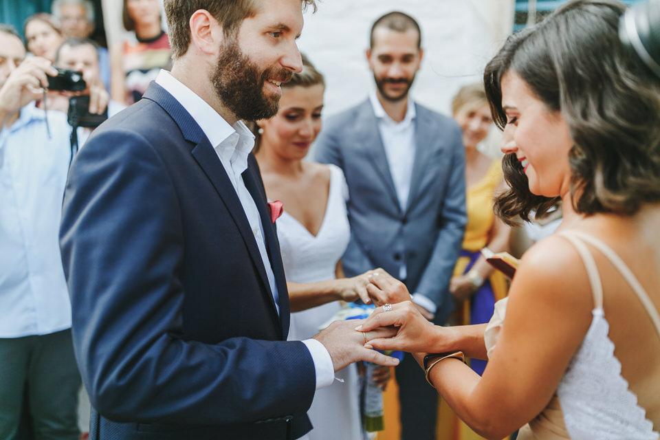 Μaid of honor, bridesmaid is changing the rings